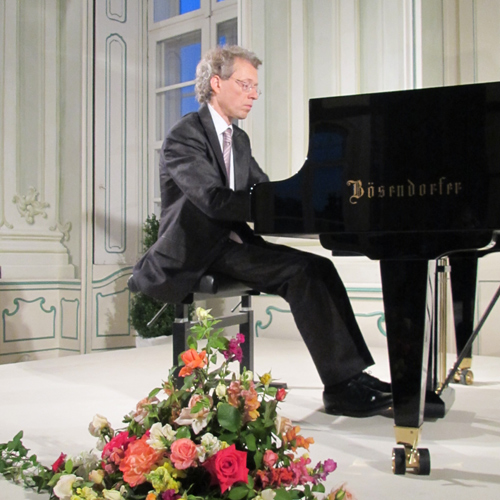 Robert Lehrbaumer am Klavier im Freskensaal Schloss Halbturn