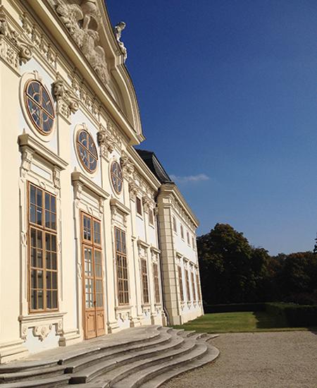 Schloss Halbturn Vorderansicht seitlich